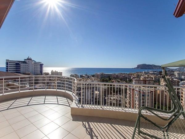 Large 3 bedroom penthouse with magnificent views for sale in Alanya