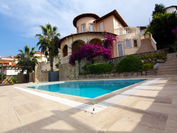 Beautiful private villa with large living surface and swimming pool in Alanya
