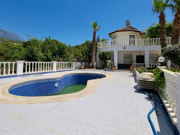Spacious private villa with swimming pool and mountain views in Alanya