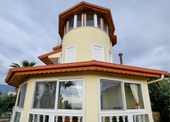 Very spacious 4 bedroom villa with private swimming pool and gardens in Alanya