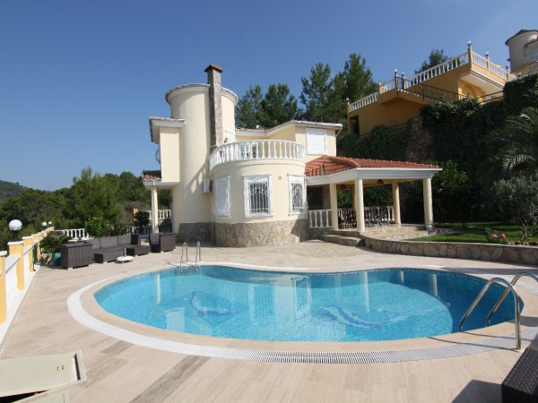 Private 5 bedroom villa with breathtaking views for sale in Alanya