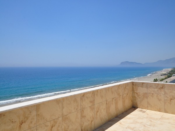 Spacious 4 bedroom penthouse with superb views for sale in Alanya