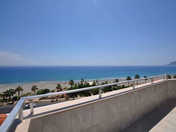 Spectacular beachfront penthouse for sale in Alanya