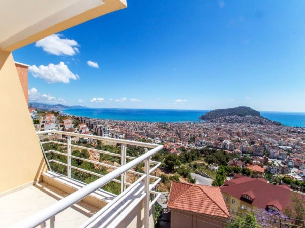 3 bedroom Bargain Penthouse in Alanya with sea and Alanya castle views
