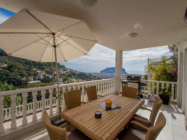 Exclusive private villa with magnificent views in Alanya