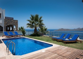 Luxurious 3 bedroom villa with fantastic sea views
