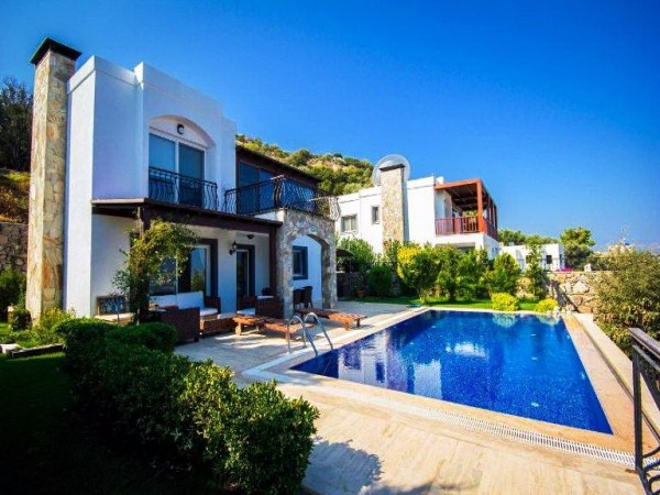 Classy private villa overlooking the city and views to the sea