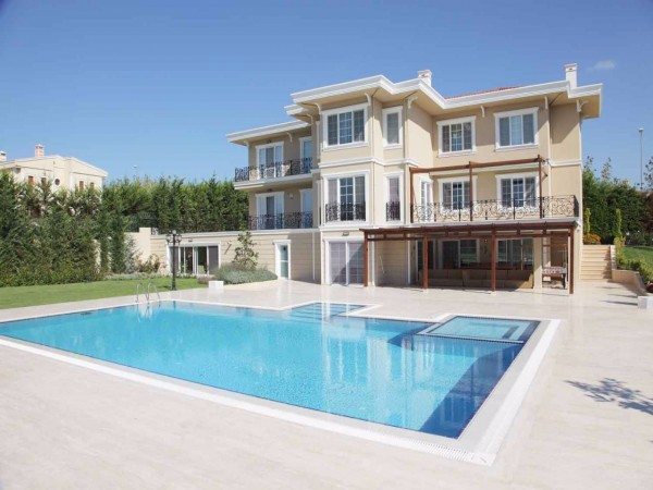 Exclusive family life style in idyllic location in Istanbul