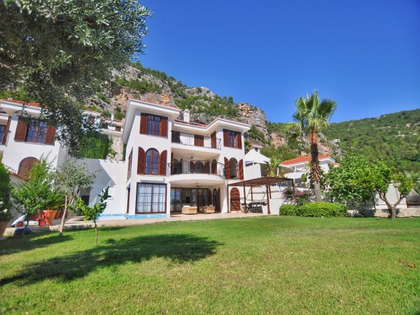 Stunning villa in exclusive residential complex for rent in Alanya